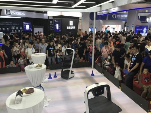 世界机器人大会圆满落幕,普渡智能送餐机器人吸引数万观众造访