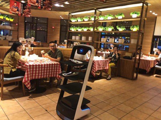 中国餐饮行业达成新共识:送餐机器人将逐渐成为主流